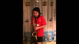 Мальчик классно играет на саксофоне
