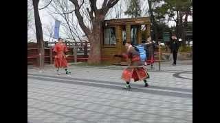 韓国武術演舞・・・刀で竹を切るを眺める