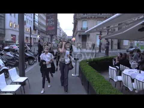 EXCLUSIVE - Cindy Crawford and family at l'Avenue restaurant in Paris