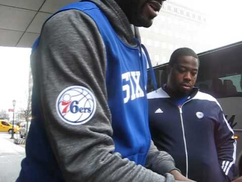 Elton Brand sign autographs for The SI KING 3-15-16
