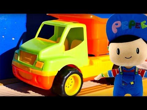 Мультики и игрушки. Игрушечный грузовичок и Пеппе кормят рыбу. Видео для детей скачать