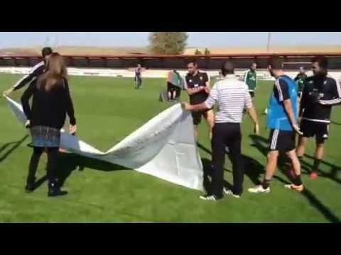 Osasuna muestra una pancarta de apoyo a la asociación de sordos de Navarra