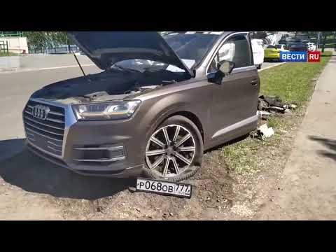 Audi przecięte  na pół po uderzeniu w słup