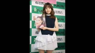 AKB48の加藤玲奈が3月28日、東京都内で初写真集「誰かの仕業」...