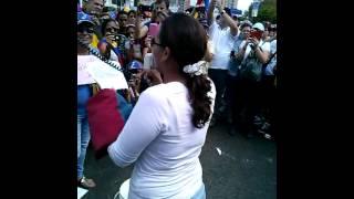 #9N Los zulianos en acto simbolico lavan la Bandera de Venezuela en la Plaza de la República