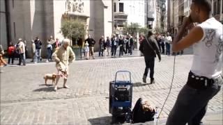 Уличные танцы, бабушка в теме