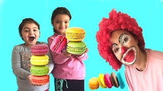 PALYAÇO MAKARONLARIMIZI ALDI - Fun kids videos. Clown my mom