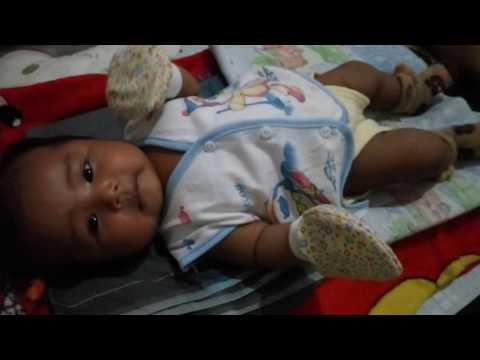 Bayi 1 bulan setengah udah bisa ngoceh ,lucunya