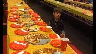 Одинокий и расстроенный мальчик стал популярным из-за этого фото. И все вот почему