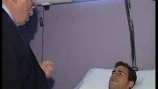 Luis Aragonés anima al lesionado Juan Luis