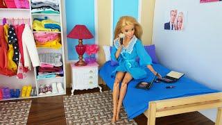 Dos muñecas Barbie dos Ken rutina de baño de dormitorio de la mañana. @Los Juguetes de Titi