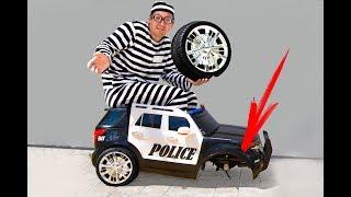 سينيا في مهنة ضابط شرطة يمسك لص ويحفظ آلة كاتبة صغيرة