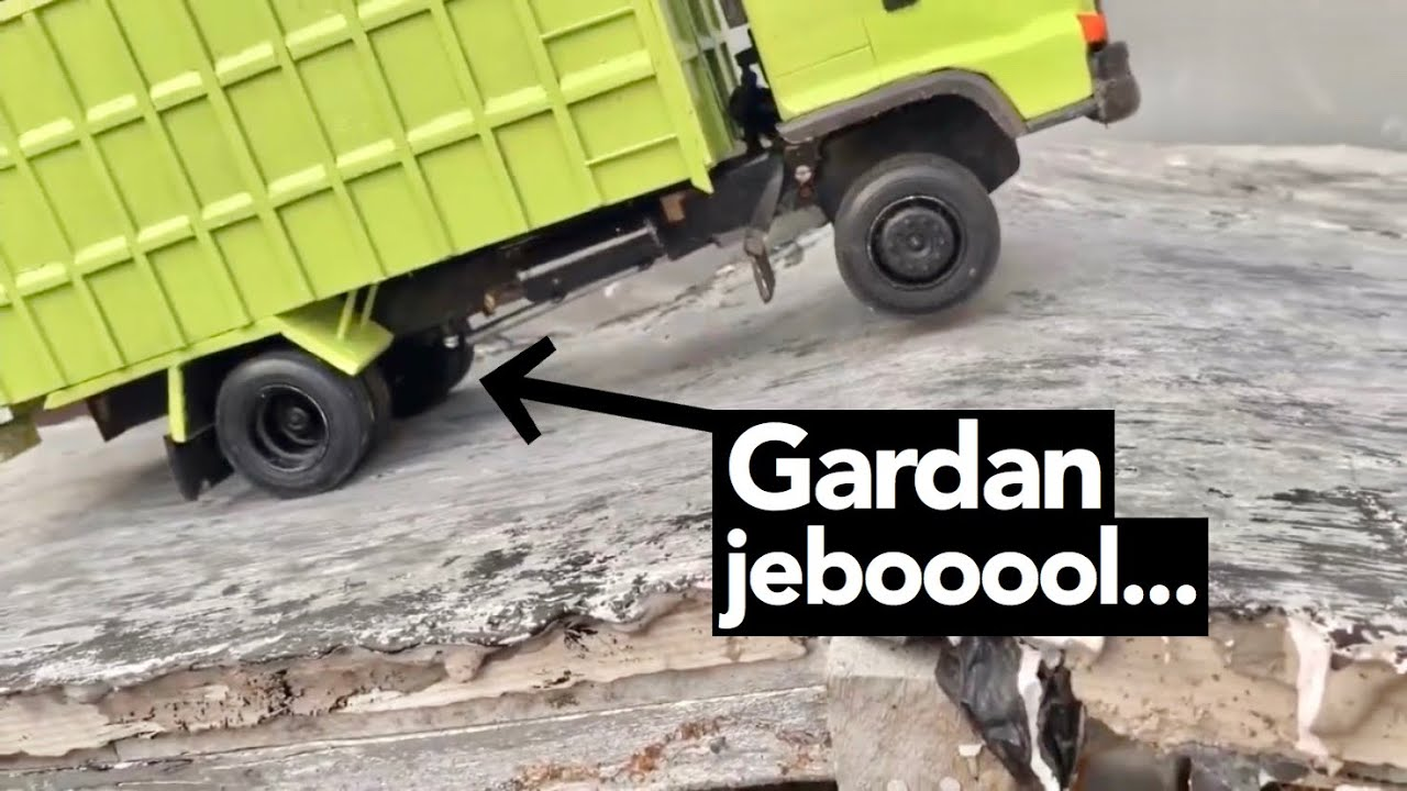 Truck Hino Nyerah Muatan Pasir krikil gak kuat Nanjak sampai Gardan jebol
