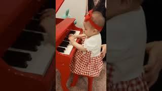 bebê coreana tocando piano