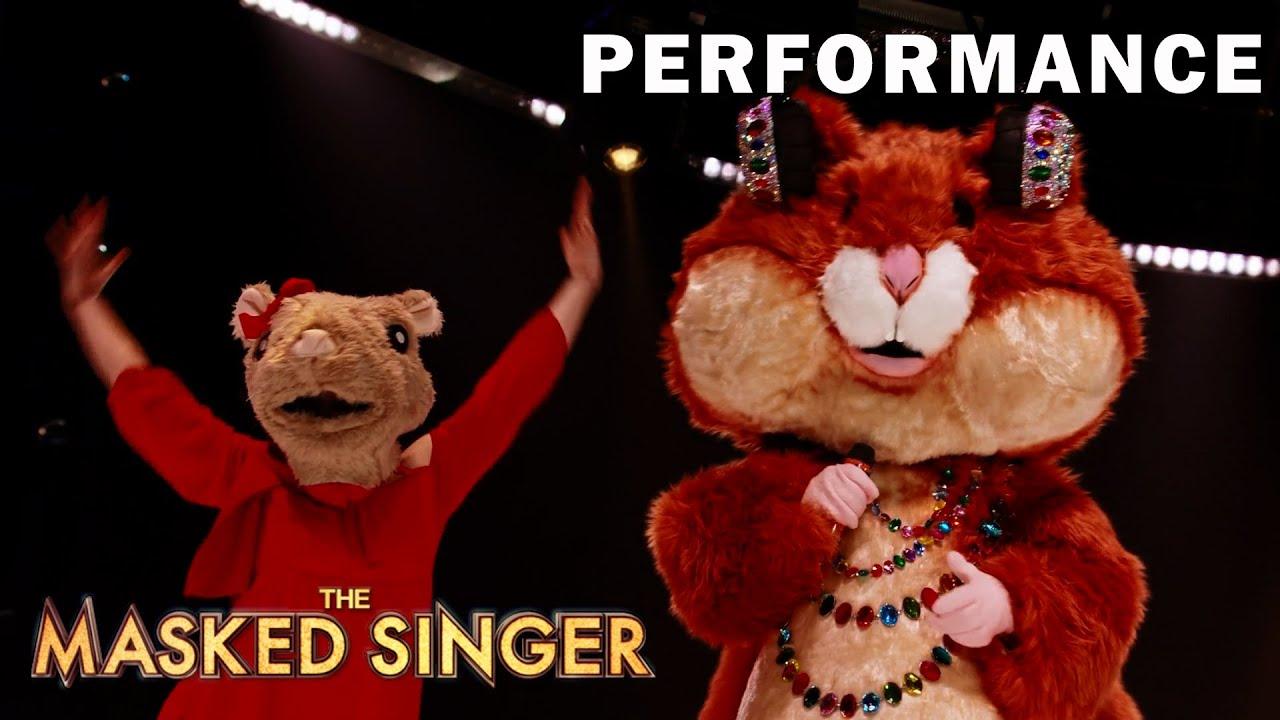 "Hamster sings ""Sabor a Mí"" byLuis Miguel | THE MASKED SINGER | SEASON 6"