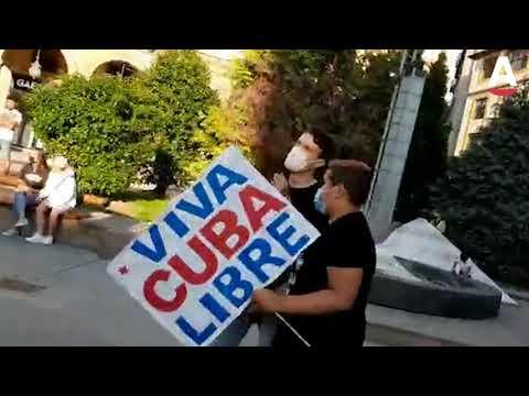 Ciudadanos cubanos defienden la libertad de su país frente a un grupo de partidarios del régimen