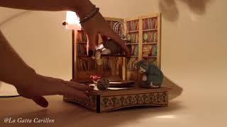 Carillon in legno luminoso da collezione: Gatti e libreria (melodia: AROUND THE WORLD IN 80 DAYS)