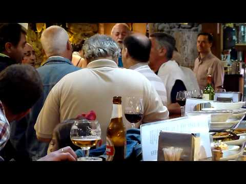 Una cuadrilla arranca a cantar en el Bar Restaurante la Pirula Santander