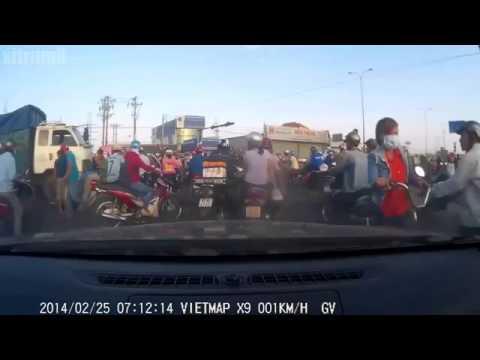 Otosaigon - Xe máy vượt đèn đỏ hàng loạt tại KCN Vĩnh Lộc