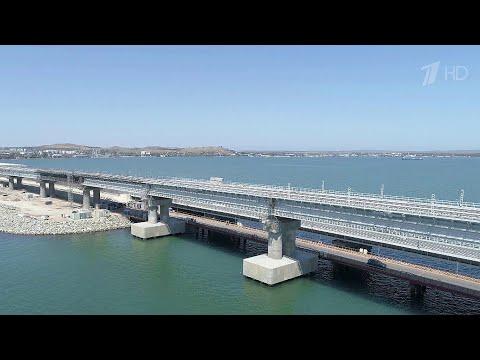 На железнодорожной части Крымского моста проходят испытания тяжелой нагрузкой.