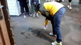 那須どうぶつ王国に在籍する、隠れたアーティスト! 水で地面にお絵描き!