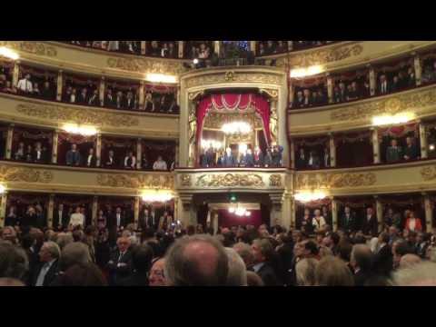 Fratelli d'Italia cantato al teatro alla Scala