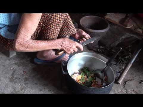 อาหารพื้นบ้านอีสาน หมกหม้อ หรือ หมกปลาใส่หม้อ ฝีมือ ยายผัน สิงห์พันธ์ ปี 56