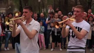 Уличные музыканты зажигают