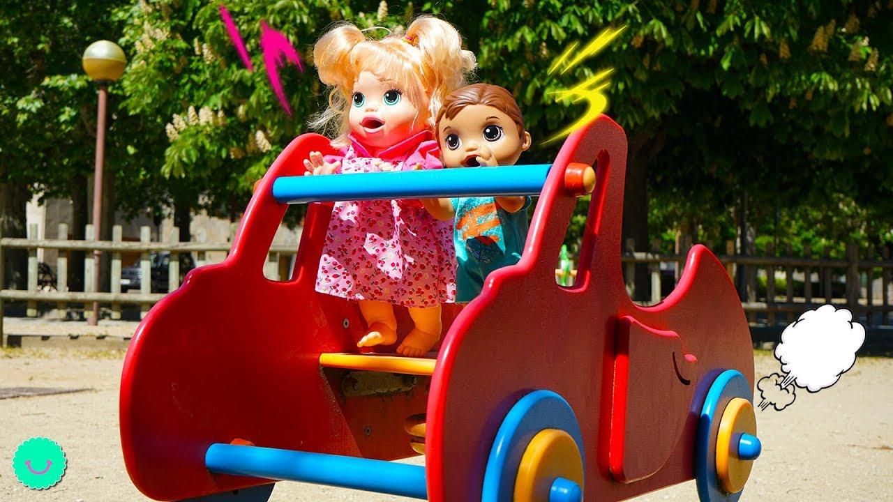 Sara y Luke se escapan al parque infantil para jugar