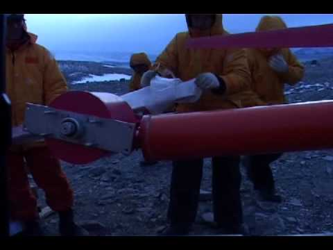 """IVS-4500 en Base Esperanza, Antártida Argentina - """"Hielos míticos"""" (Daniel Bazan, 2008)."""