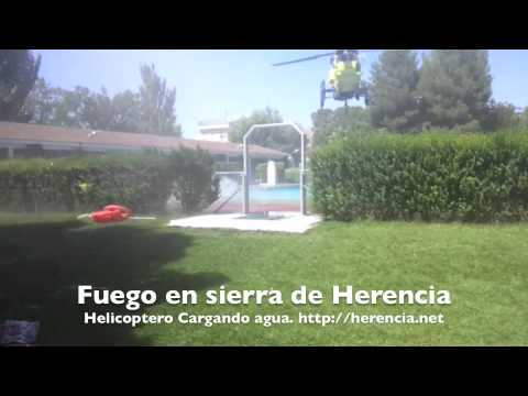 Helicópteros anti-incendios cargando agua en Piscina Municipal de Herencia (Ciudad Real)