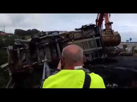 Retirada del camión siniestrado en el puente de Ontón en la A-8