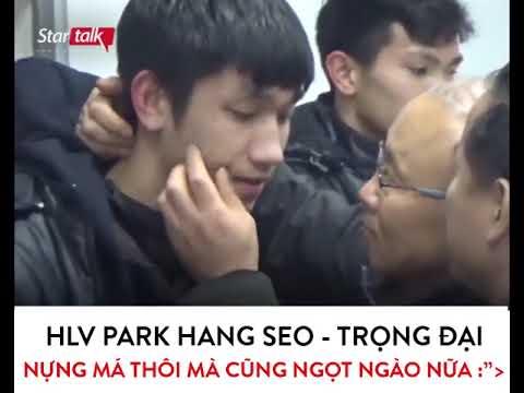 HLV Park Hang Seo nựng má Trọng Đại U23 Việt Nam