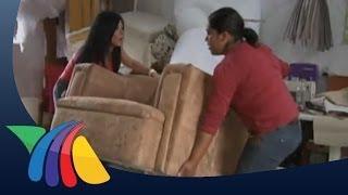 Mujeres se dedican a tapizar muebles