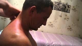 Кочетков А.В. показывает массаж воротниковой зоны.