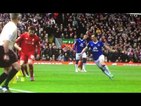 Funes Mori vio la roja en el clásico ante Liverpool por una terrible patada