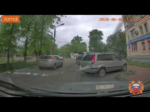 Видео столкновения трёх автомобилей на улице Благоева в Твери