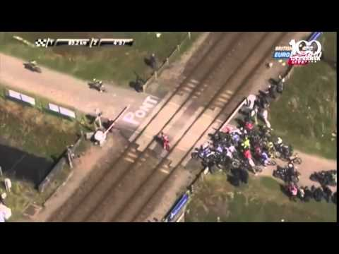 Un tren bala pasa en plena carrera de ciclismo y roza la tragedia