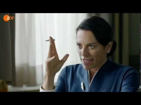 Christine Neubauer fumando un cigarrillo (o marihuana)