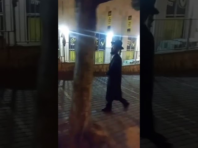 charedi-man-seen-on-video-hitting-beit-shemesh-women-with-pipe