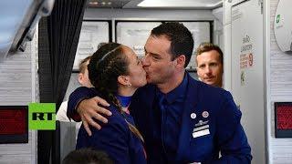 Asistentes de vuelo casados por el papa Francisco durante su viaje a la capital chilena