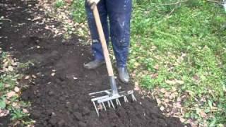 чудо лопата Малютка видео www.pole1.ru.avi(Инструментальный завод Стрин предлагает Вашему вниманию Чудо-лопату (рыхлитель садово-огородный) — револю..., 2010-10-07T05:24:28.000Z)