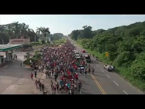 آلاف المهاجرين يواصلون طريقهم إلى الولايات المتحدة عبر المكسيك…  - 08:53-2018 / 10 / 22