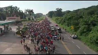 آلاف المهاجرين يواصلون طريقهم إلى الولايات المتحدة عبر المكسيك…