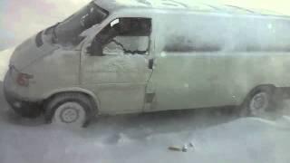 На трассе Актобе–Орск в снегу застряли 22 машины(За 28 часов на актюбинских трассах эвакуировали 94 человека и вытащили 47 машин. Видео пресс-службы ДЧС., 2016-01-20T16:39:28.000Z)