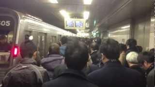 大阪で名物の地獄通勤ラッシュアワー in 梅田駅です。