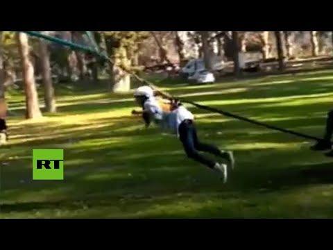 Una modelo sale propulsada entre los árboles cuando hacía pruebas para un anuncio