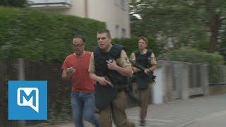 Amoklauf in München: Polizisten rennen die Hanauer Straße entlang