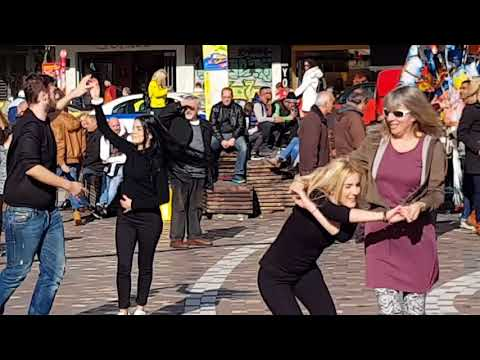 31 декабря. Танцы на улице. Афины (Греция).