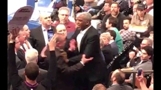 Charles Oakley gets into FIGHT in the stands   Clippers vs Knicks   2/8/17